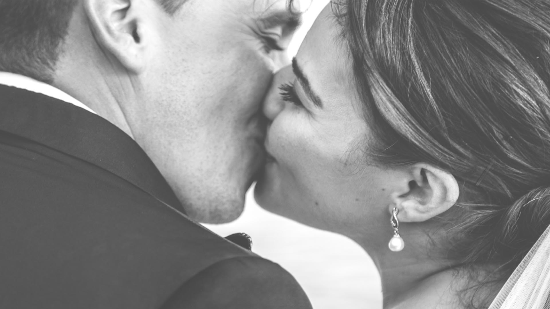 kiss in black and white
